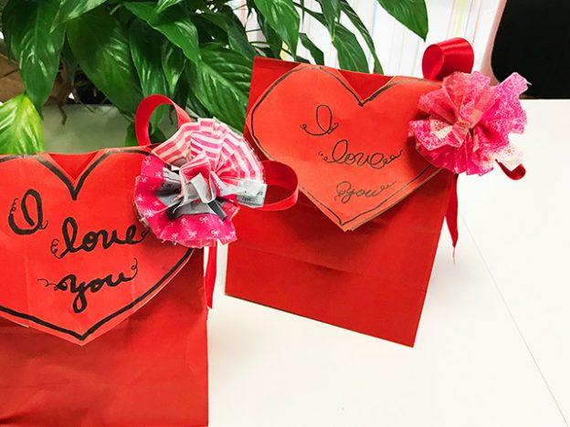 手作りポンポンを使ったバレンタインラッピング
